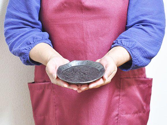 黒丸形皿 手のひら